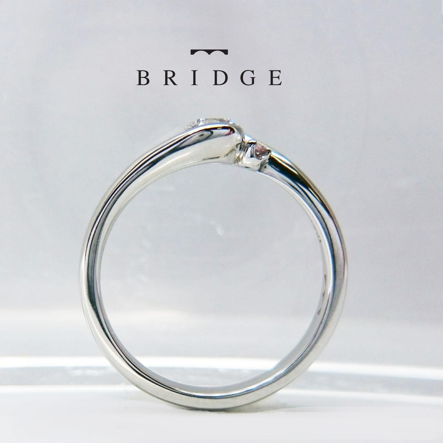 ベゼルセッティングというダイヤモンドの留め方をしています。少し個性的な婚約指輪をお探しの方にオススメです