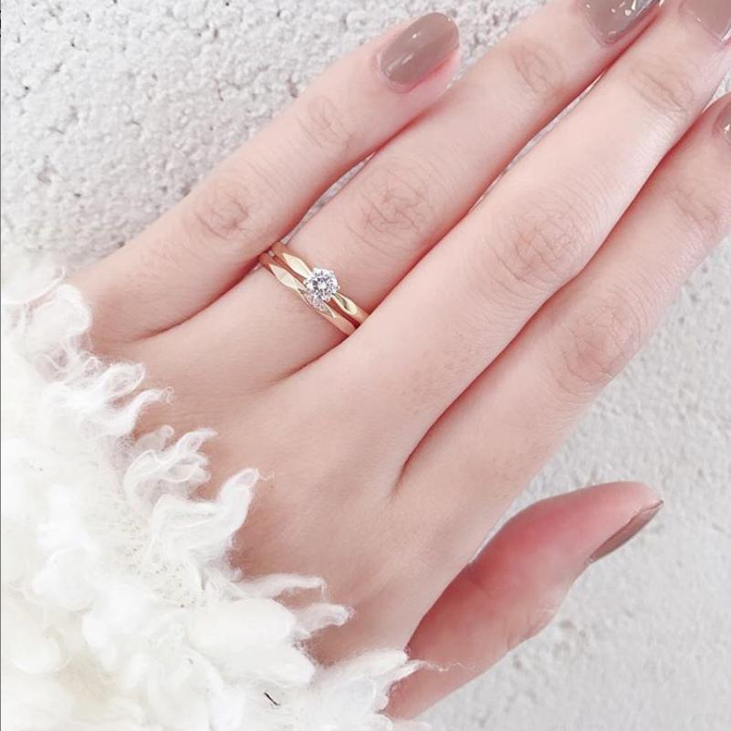 イエローゴールドの婚約指輪とピンクゴールド結婚指輪の重ね付けもかわいい