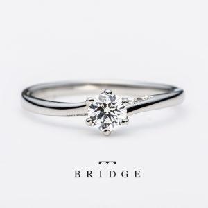 輝かしい未来への船出をモチーフにしたダイヤモンドのエンゲージリング指が長く見えるウエーブラインにさりげないダイヤ使いが花嫁に人気