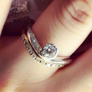 ダイヤモンド婚約指輪と結婚指輪のセットが美しく重なるのは差異せく職人の腕前