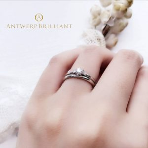 華奢でキレイな結婚リングと婚約指輪の重ねつけスリーストーン銀座花嫁
