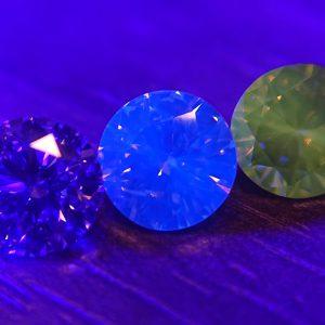 ダイヤモンドの蛍光性は神秘的な美しさ