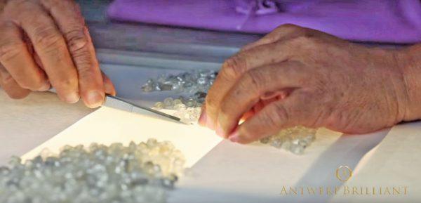 ダイヤモンド原石の選定は熟練の職人の審美眼で行われるブリッジ銀座アントワープブリリアントギャラリー