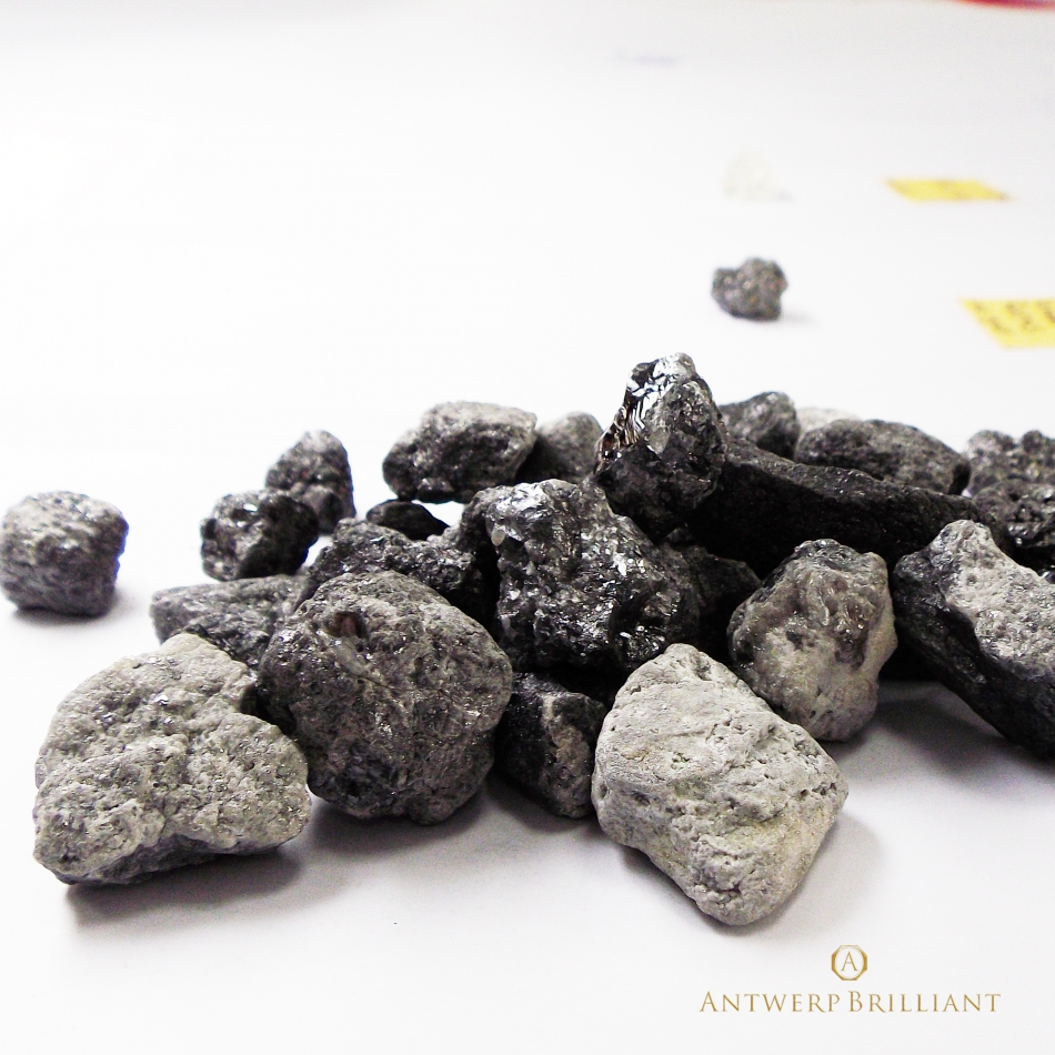ダイヤモンド原石の表面がコーテッドの状態、しかしこの中にも高品質な原石は含まれます。