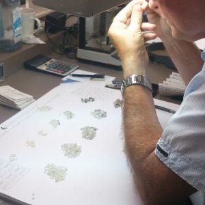 ダイヤモンドを仕分ける職人