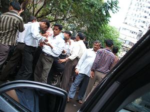 ダイヤモンドバイヤーはインドの路上で取引
