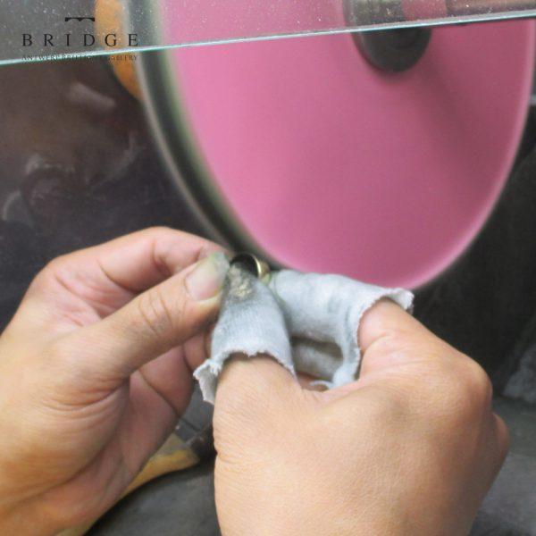 結婚指輪の磨き直しは熟練職人の手作業で行うメンテナンスはサービスで何度でも