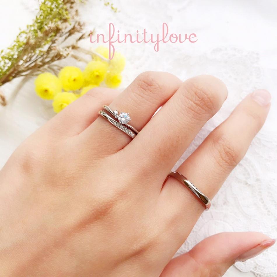 銀座で人気のあるVラインのシンプルな婚約指輪と結婚指輪のセットリングがムーンです。月夜の美しさを表現しています。