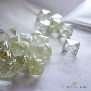 ダイヤモンド原石は粗削りして8角形に仕上げる