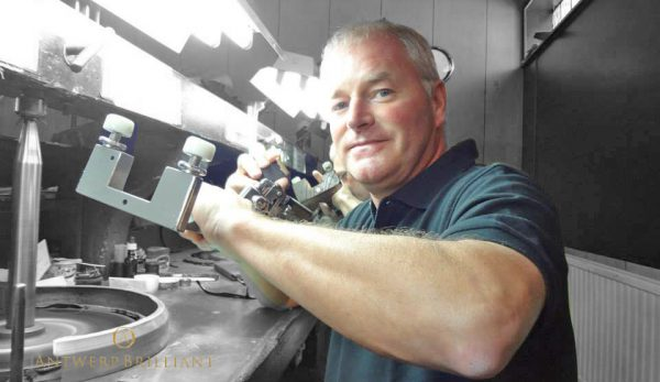 フィリッペンスベルト氏はブリッジ銀座アントワープブリリアントギャラリーの専属ダイヤモンド研磨師