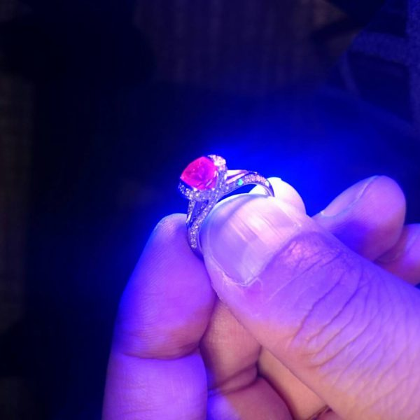 紫外線に対して鮮赤色反応はミャンマー産に限らず美しいルビーの条件ブリッジ銀座ではファンシーズのエンゲージリングがお勧めです