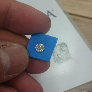 ダイヤモンド業界で1カラットをキャラ石、1カラット当たりの価格をガイと言います