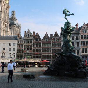 アントワープのギルド跡前広場にはブラボーの銅像が有る