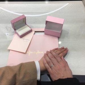 ブリッジ銀座で可愛い婚約指輪とシンプルな結婚指輪を購入されて幸せなお二人