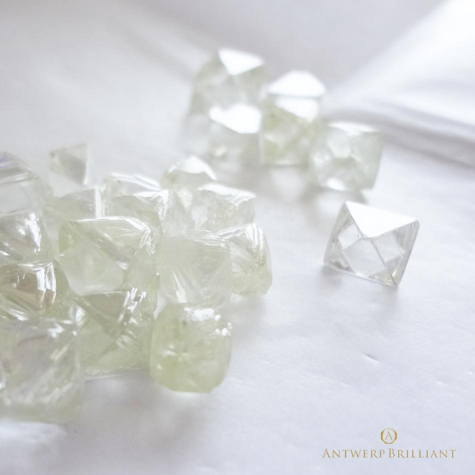婚約指輪にふさわしい美しいダイヤモンドの選び方は、原石の産地と研磨師にこだわってください。