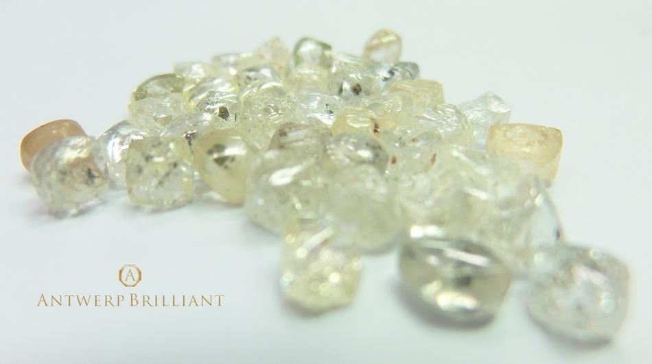 ブリッジ銀座ではダイヤモンドを鉱山から直接研磨所へ空輸、研磨させて店頭へお届しています