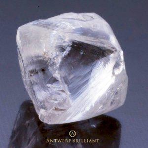 上質なダイヤモンド原石から美しい研磨済み宝石が生み出される