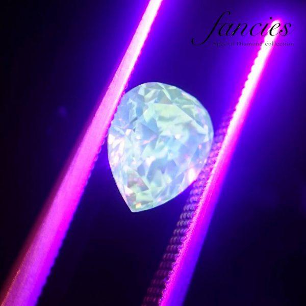 """紫外線反応の強いダイヤモンド""""幸せのしずく""""ブリッジ銀座ではファンシーカラーダイヤモンドを多数取り扱い世界に一つだけの特別なジュエリーに作れます婚約指輪のセンターストーンにも最適"""