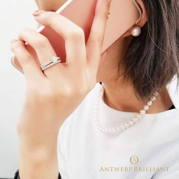 ダイヤモンドの輝きが映える左手薬指
