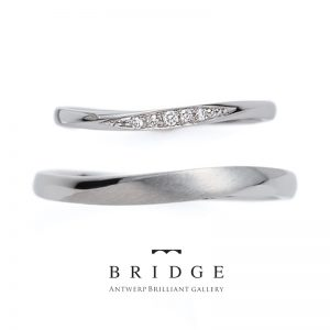 結婚指輪ウェーブラインの美しいかわいいリング ダイヤモンドラインとつや消しがおしゃれなデザインの結婚指輪