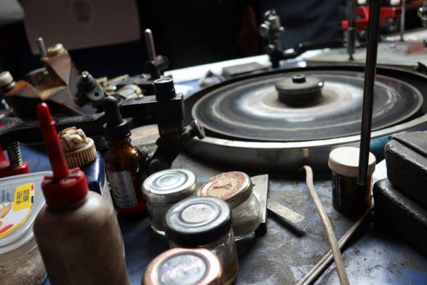 スカイフは15世紀にベルギーで開発されたダイヤモンド研磨専用の道具