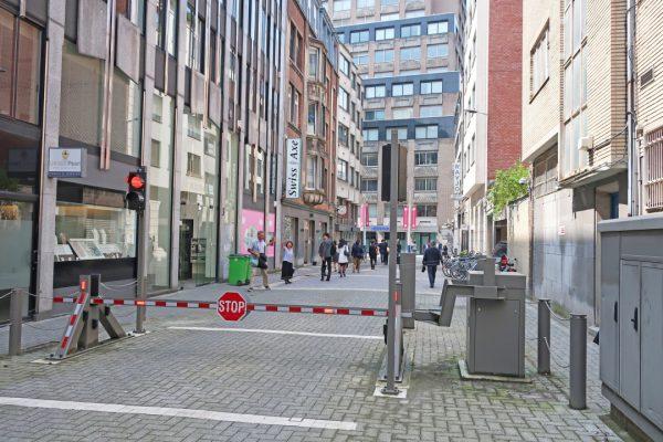 ベルギーアントワープのダイヤモンドストリートはビルの入場はもとより車の制限も厳しい