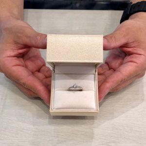 ダイヤモンドラインが美しい婚約指輪です。