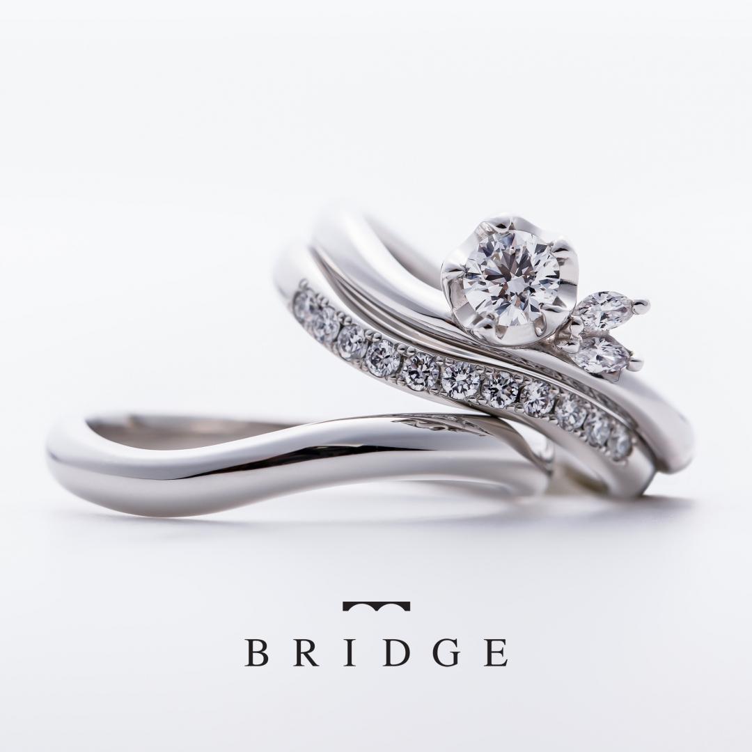 BRIDGE銀座がおすすめするウェーブラインが美しい花モチーフの華やかな可愛い婚約指輪と結婚指輪