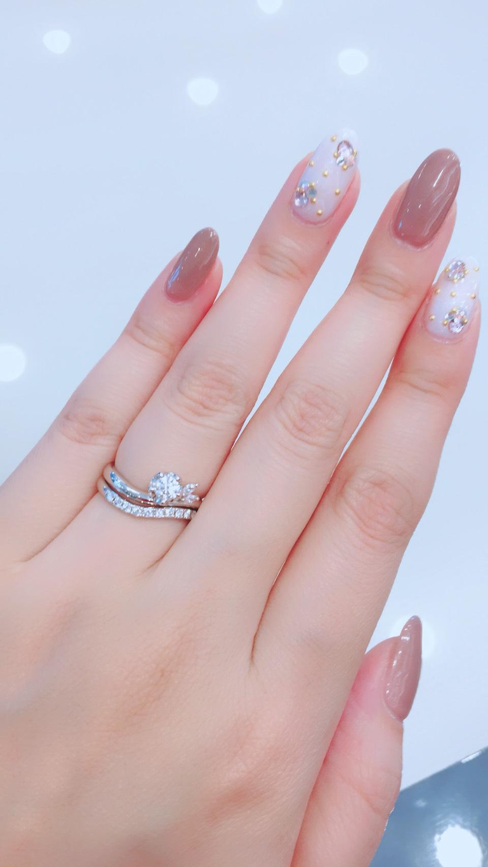 流れるようなダイヤモンドラインに咲く雪椿が美しい重ね付け
