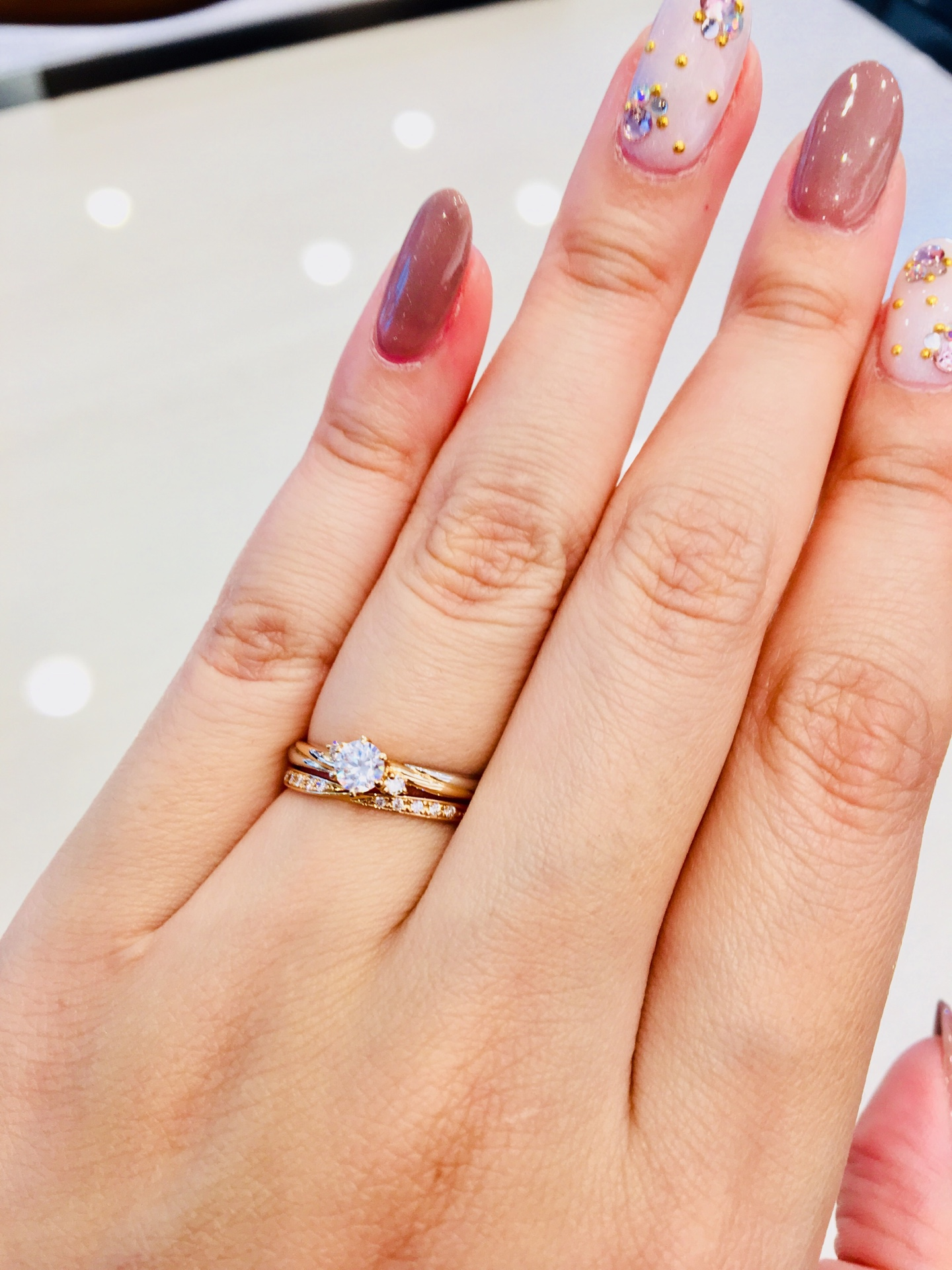 ダイヤモンドラインが綺麗な結婚指輪と大人可愛い婚約指輪の組み合わせ