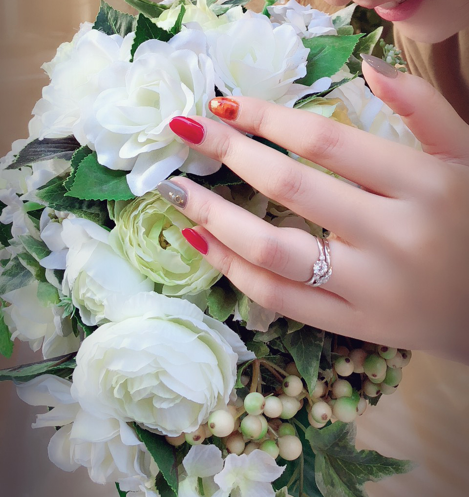 婚約指輪と結婚指輪を重ね付けしたイメージ