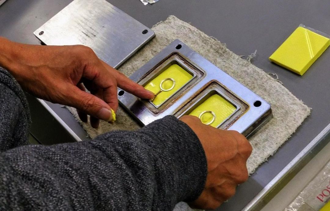 結婚指輪や婚約指輪の原型職人が作った原型でゴム型を取る