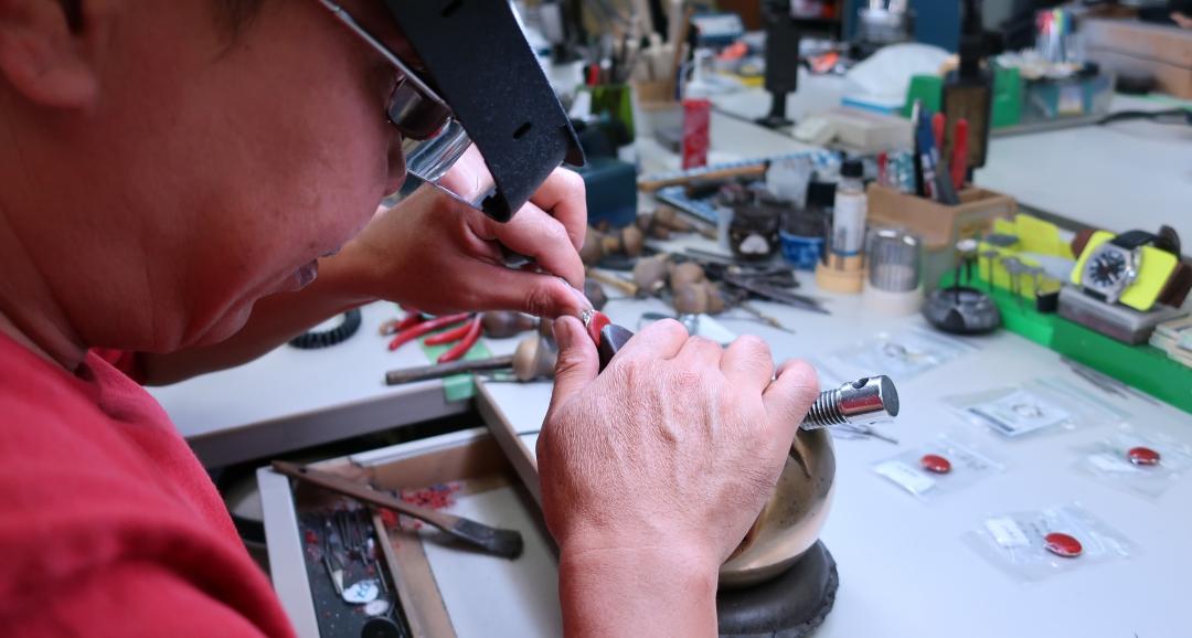 マイクロスコープセッティングで細かなダイヤモンドを彫り留する
