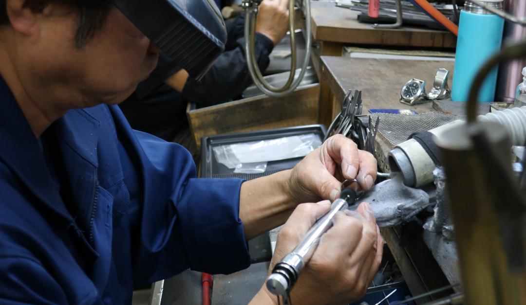 磨きの工程は手先に伝わる僅かな振動を頼りに行い上質な結婚指輪が仕上がる