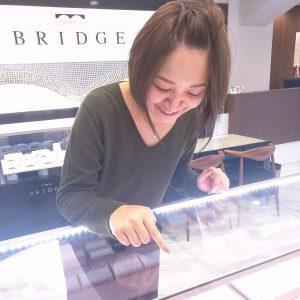 プロポーズ用リングは、プロポーズ成功後に彼女が好きなデザインの婚約指輪を選べます