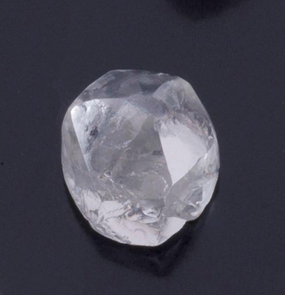 24面結晶ダイヤモンドの原石から選定