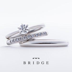 シンプルなプラチナのソリテールエンゲージリングと、美しいダイヤモンドラインのシンプルな甲丸のマリッジリングの重ね付け