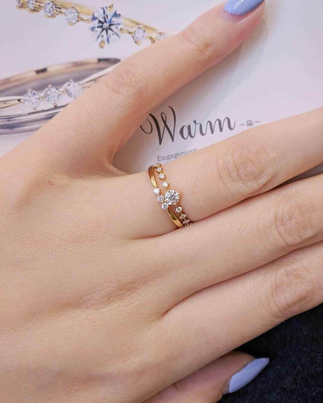 キラキラ輝くダイヤモンドが印象的な華奢な婚約指輪と結婚指輪