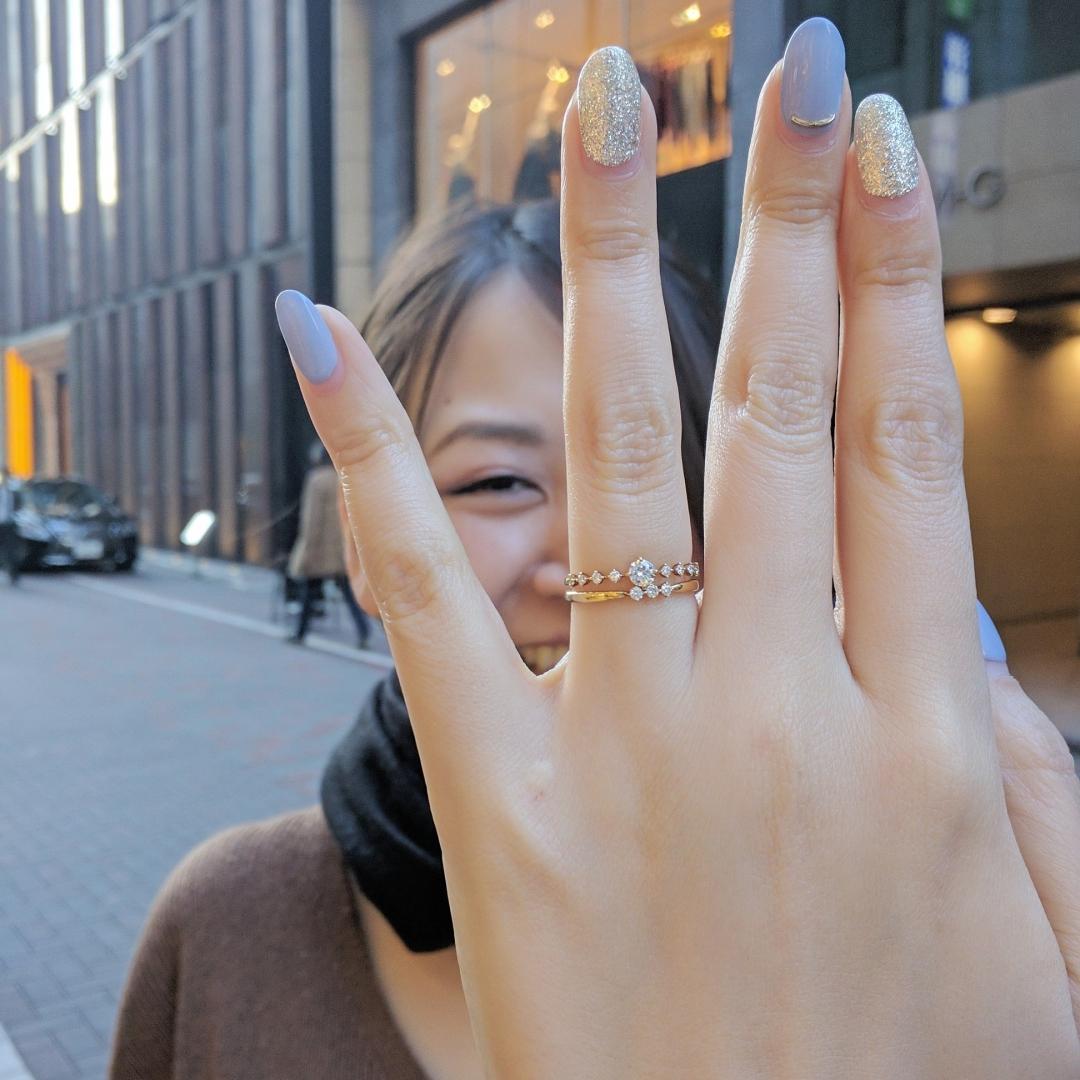 銀座で買えるダイヤモンドラインで可愛いゴールドの婚約指輪 結婚指輪