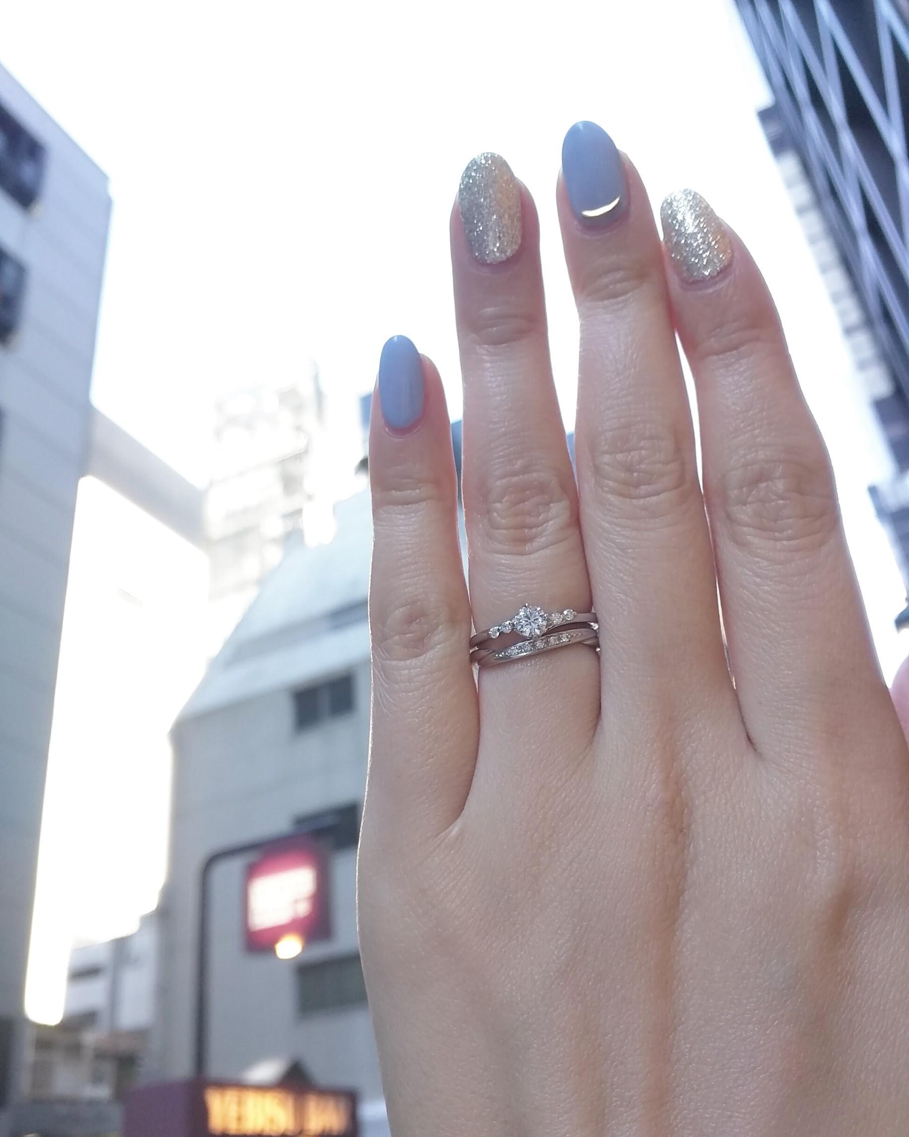 銀座で人気のプラチナでシンプルなウェーブラインが美しい婚約指輪と結婚指輪の重ね付け BRIDGE DeepAffection