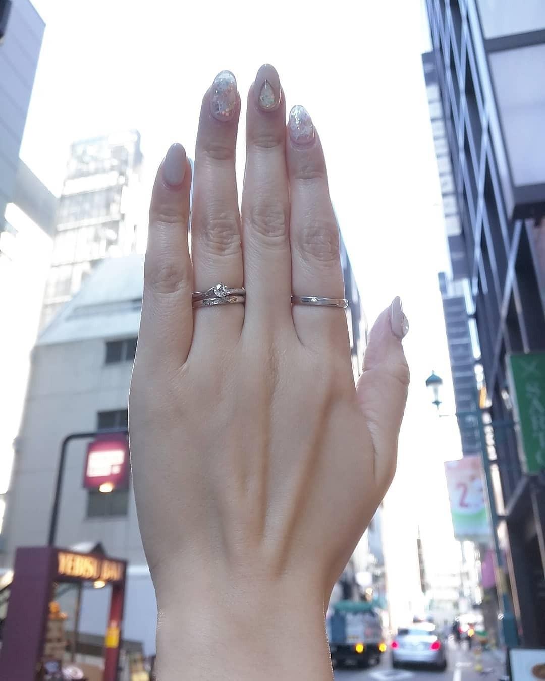 ぴったり合う重ね付けができるシンプルプラチナの婚約指輪と結婚指輪のセットリング。