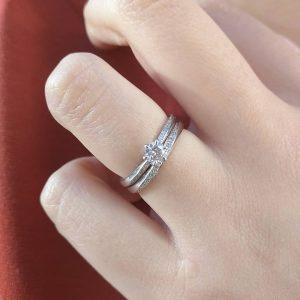 婚約指輪と結婚指輪の重ねつけが可愛いセットリングはブリッジ銀座の人気デザイン、やわらかな春風!美しいウェーブラインのダイヤモンドがエレガントでかわいい