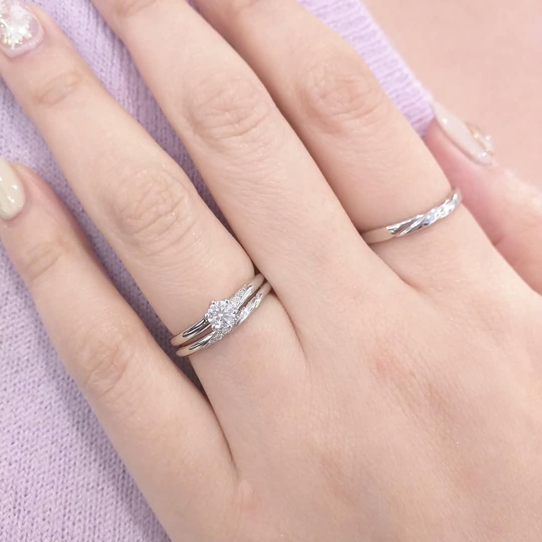 銀座で人気の重ね付けがかわいいプラチナのシンプルな婚約指輪と結婚指輪のセットリング