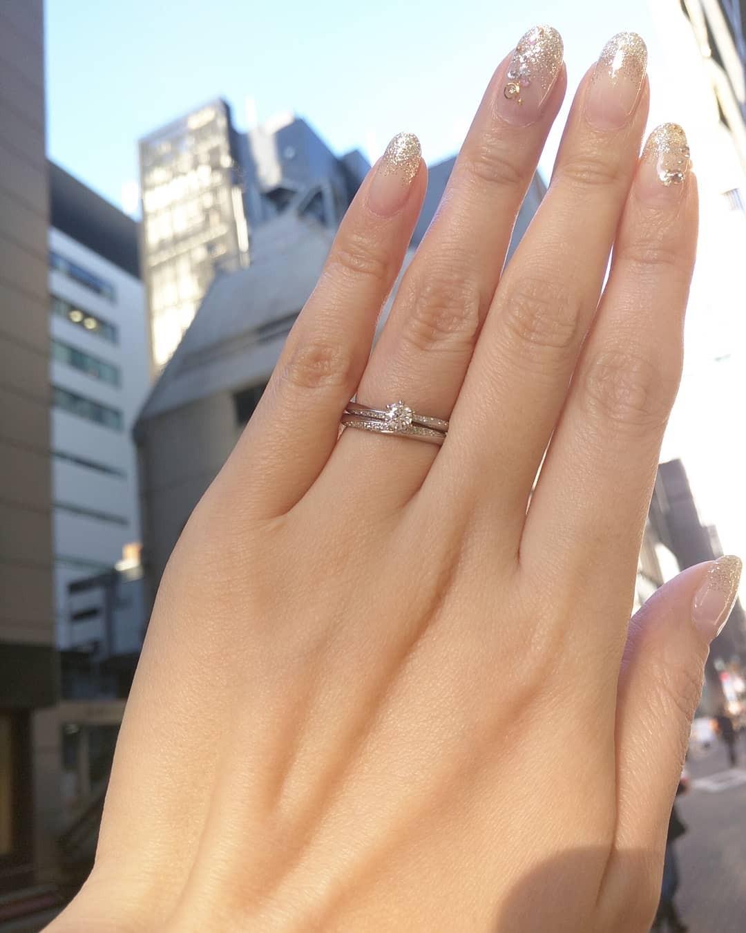 婚約指輪と結婚指輪の重ねつけが可愛いセットリングBRIDGE銀座の人気デザインやわらかな春風、美しいウェーブラインのダイヤモンドがエレガント