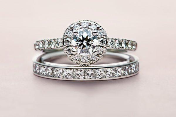 華やかなダイヤモンドヘイローの婚約指輪