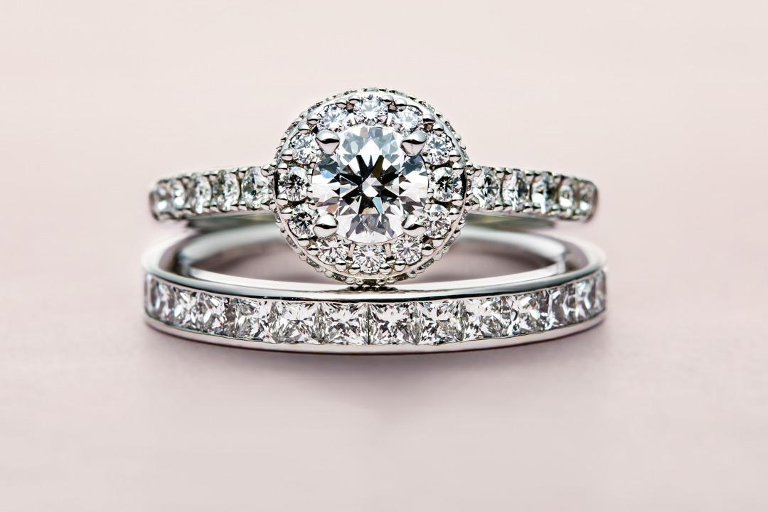 華やかなダイヤモンドヘイロー婚約指輪スターレイ