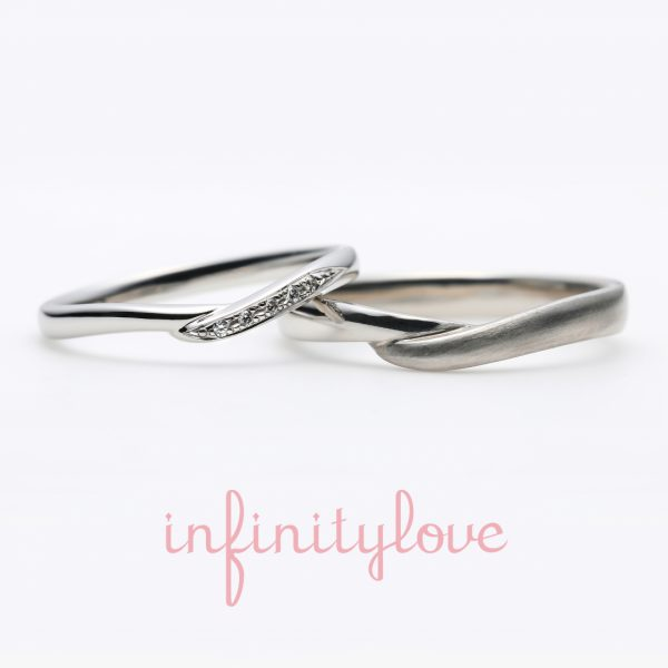 Vラインの指が美しく見えるプラチナの結婚指輪