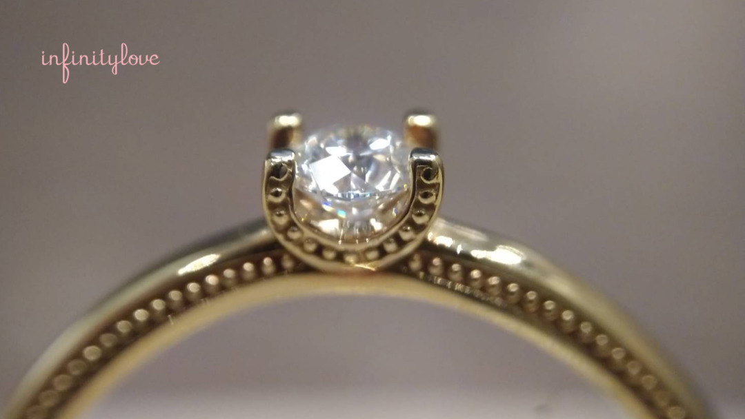 オープンバックセッティングを採用したホープ婚約指輪のダイヤモンド