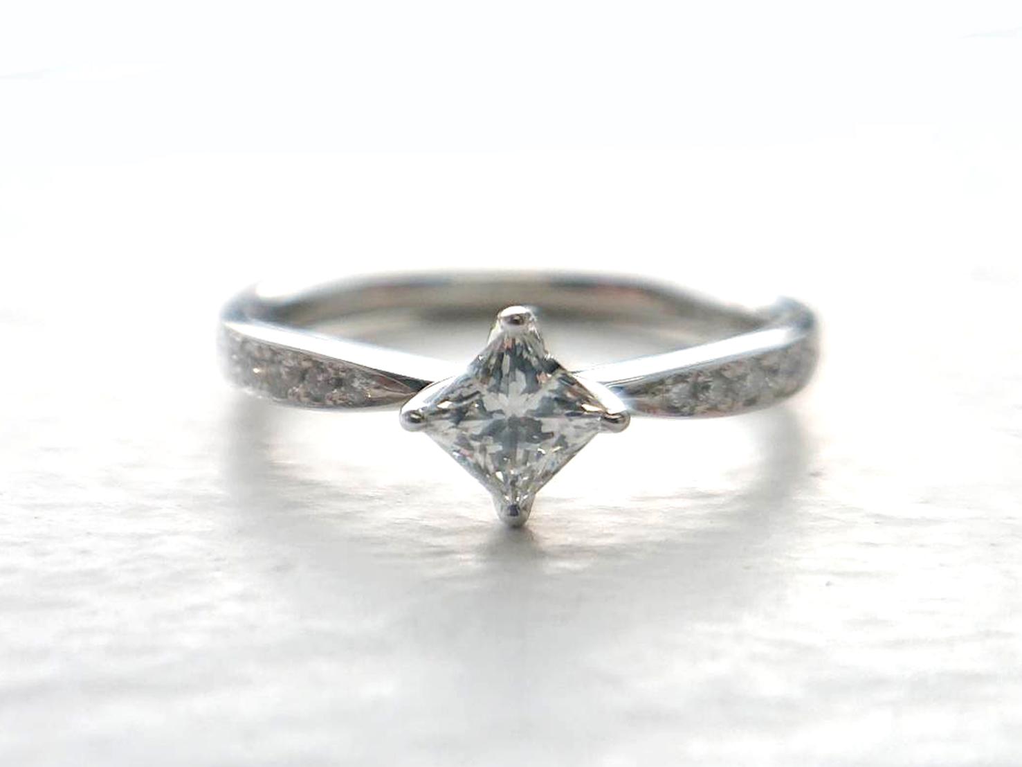 プリンセスカットのエンゲージリングふくろ爪で優しくダイヤモンドをセッティング