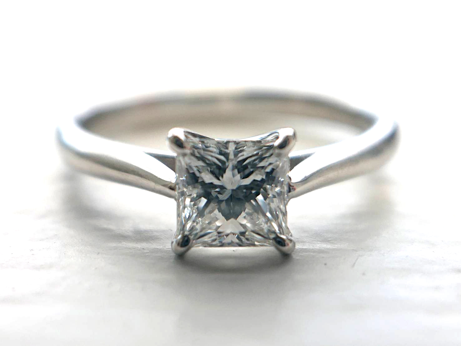 プリンセスカットのダイヤモンドエンゲージを婚約指輪に選ぶ